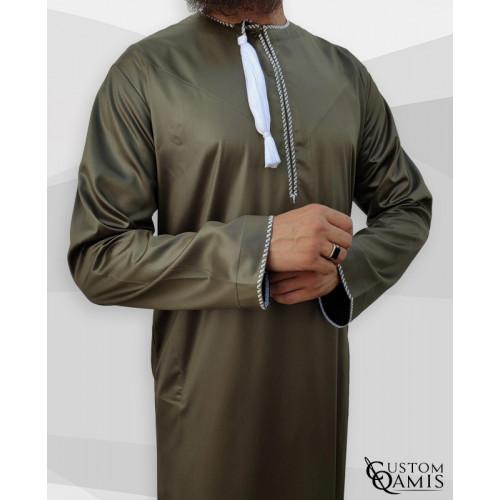 Qamis Omani - Tissu Precious Vert Kaki Satin et Broderie Blanc - Custom Qamis